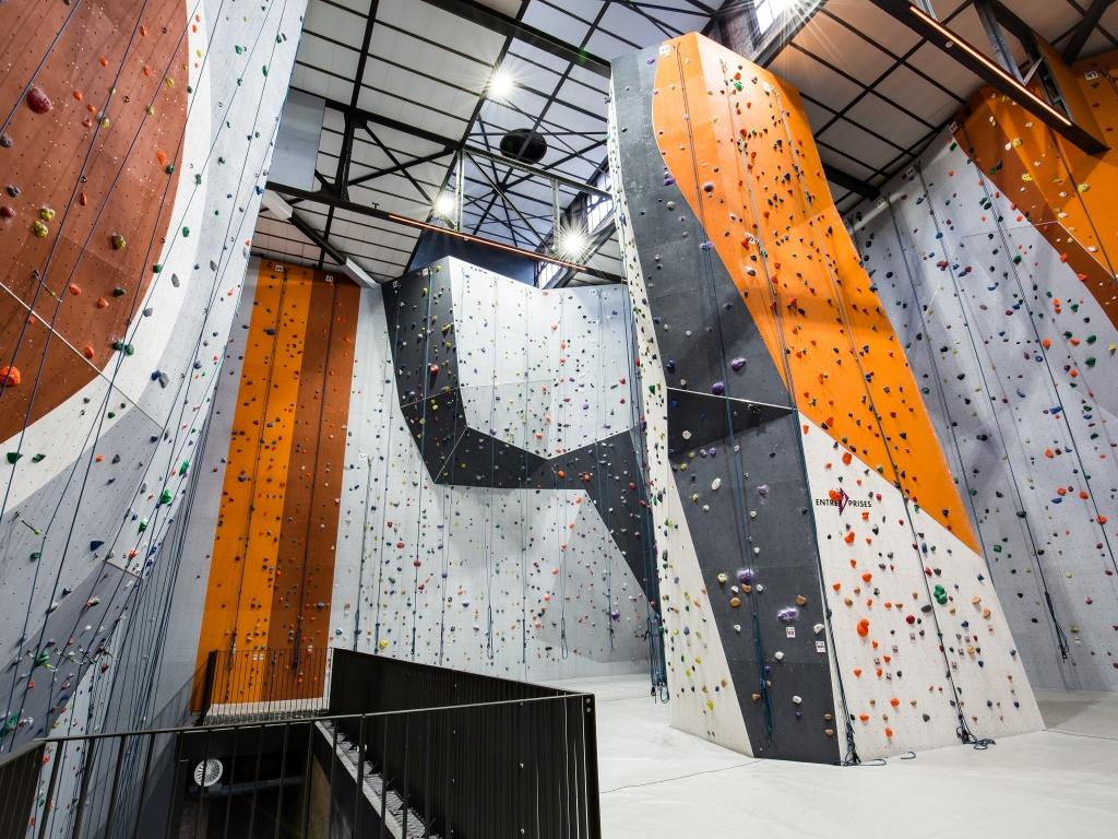 Kuvassa kiipeilyseinä asennettuna Entre Prises mozaik-järjestelmän mukaan.