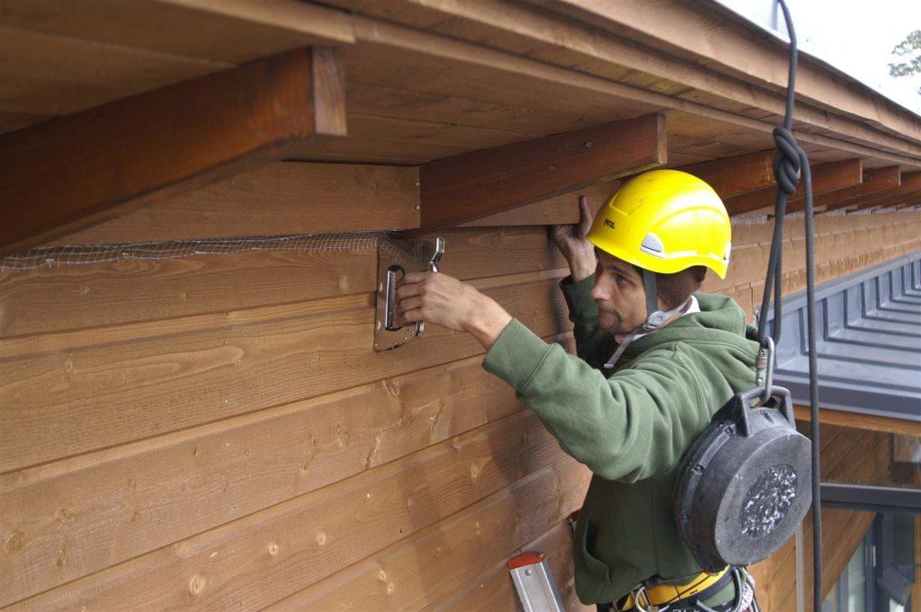 Lintuverkon ja lintupiikkien asennus seinän ja katon väliseen tuuletusrakoon.