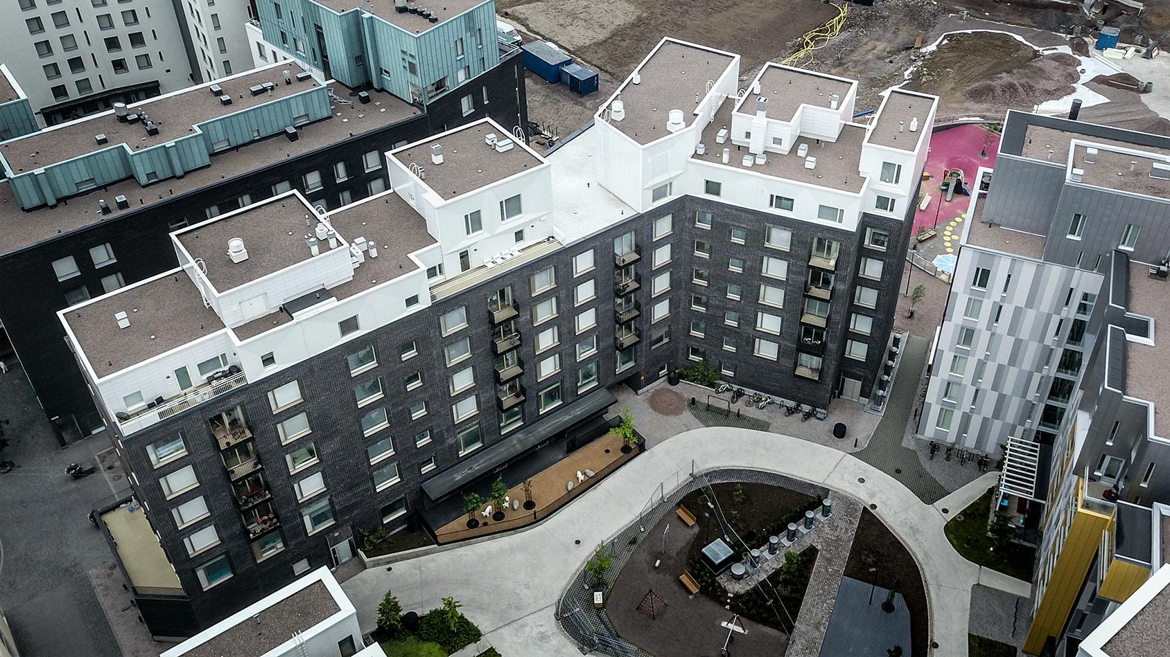Uusi kerrostalo Jätkäsaaressa, Helsingissä. Katokerroksiin asennettu omaperäinen klinkkerilankkujulkisivu.