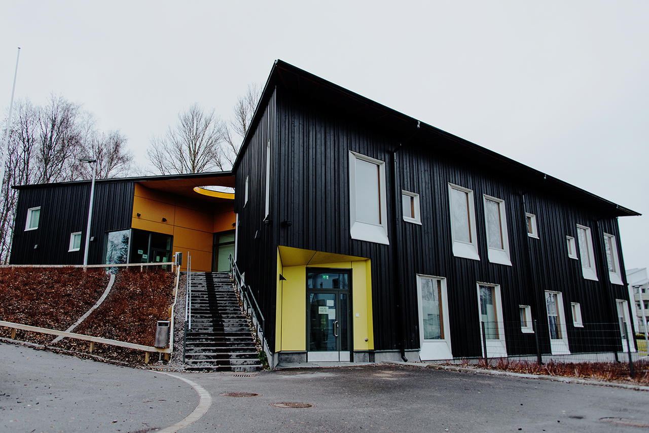 Päiväkodin seinissä on Swisspearl asennus. Sisäänkäynnit ovat värikästä Swisspearl-levyä.